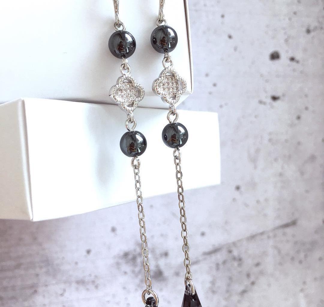 Серьги цепочки с ювелирным клевером, бусинами гематита и кристаллами Swarovski графитового цвета