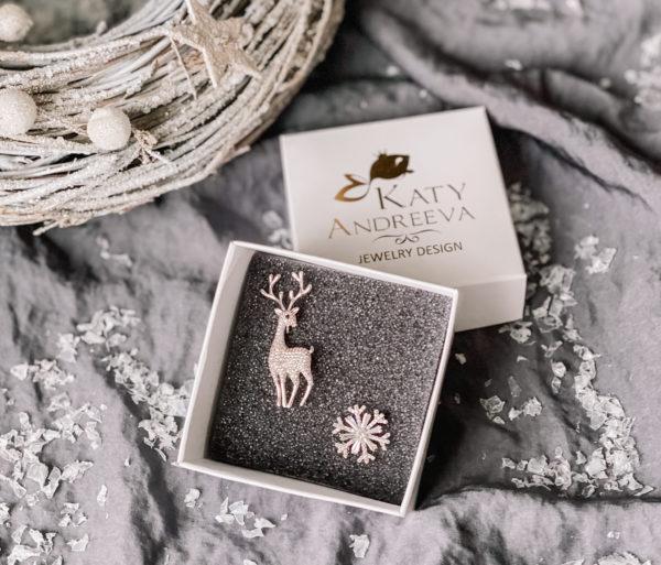 Подарочный набор состоит из брошей «Рождественский Олень» и «Снежинка». Изделия изготовлены из бижутерного сплава, с родиевым покрытием, и кубических цирконов. Гипоаллергенно!