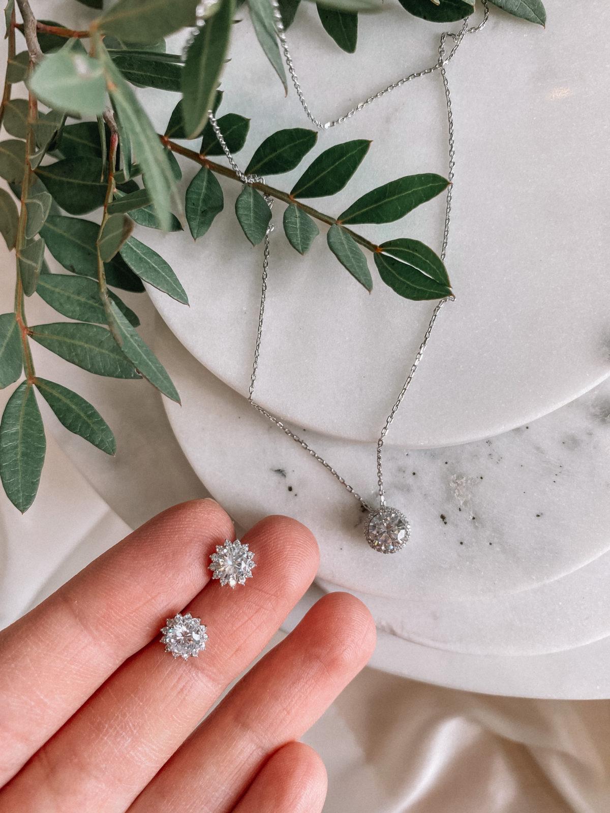 В комплект входят цепочка с кулоном и серьги-пусеты. Изделия комплекта изготовлены из серебра 925 пробы с родиевым покрытием и цирконов.