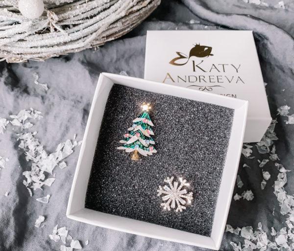 Подарочный набор состоит из брошей «Ёлочка» и «Снежинка». Изделия изготовлены из бижутерного сплава, с родиевым покрытием, и кубических цирконов. Гипоаллергенно!