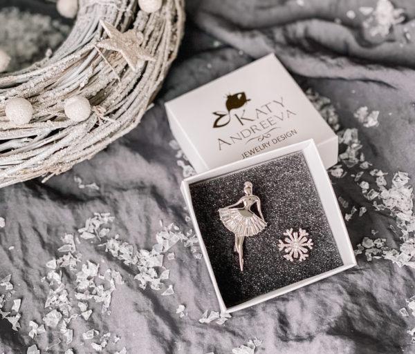 Подарочный набор состоит из брошей «Балерина» и «Снежинка». Изделия изготовлены из бижутерного сплава, с родиевым покрытием, и кубических цирконов. Гипоаллергенно!