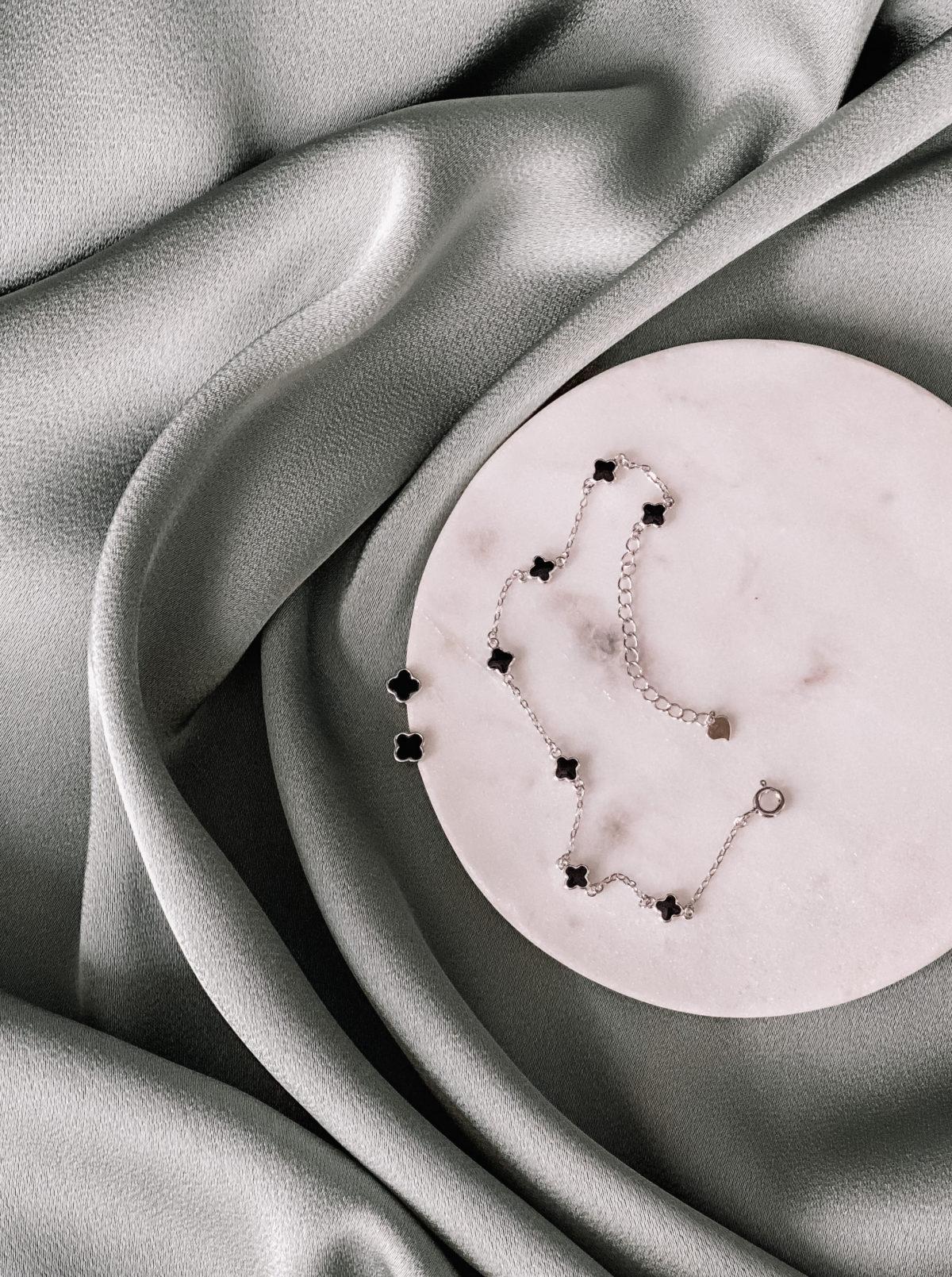Комплект из серебра 925 пробы, защищён родиевым покрытием. Браслет регулируется от 16-19 см, 7 вставок с чёрной эмалью. Пусеты 5 мм, гвоздик с силиконовой застёжкой. Гипоаллергенно!