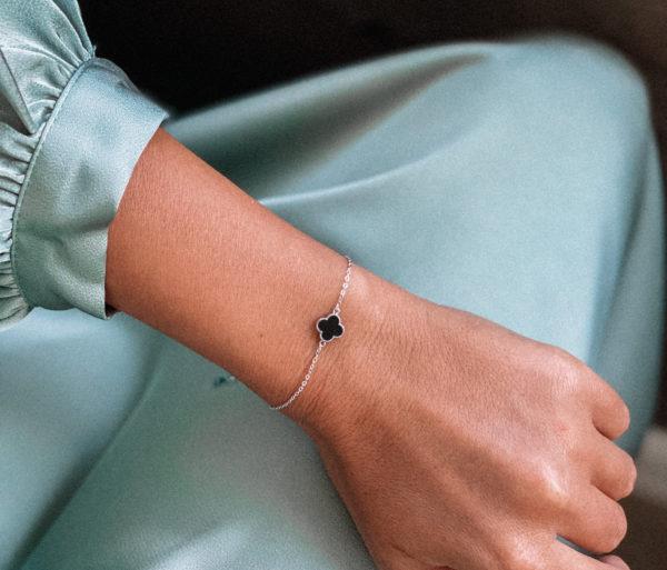 Браслет «Клевер» из серебра 925 пробы, защищен родиевым покрытием, вставка: чёрный ювелирный полимер. Регулируется от 16 до 19 см. Гипоаллергенно!