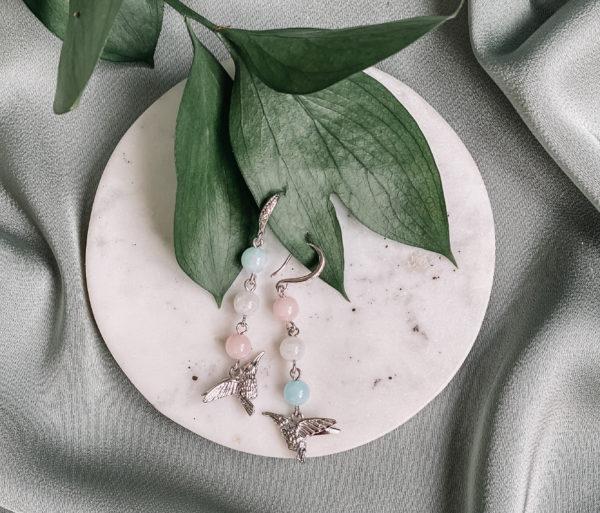 Серьги выполнены из бижутерного сплава и полудрагоценных камней: розового кварца, аквамарина, лунного камня. Защищены родиевым покрытием. Гипоаллергенно.